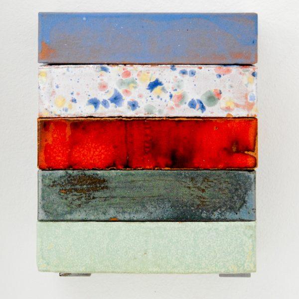 Suzie van Staaveren - TC3,1 - 5 maal 5x21x10cm Geglazuurde bakstenen en metalen klemmen, editie van 400