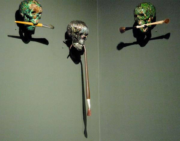 Jan Fabre - Doodshoofd met verfkwast (Rund & Synthetisch haar & Eekhoorn - Geit) - Schilderen van juweelkever, polymeer, hout en dierenhaar of synthetisch haar