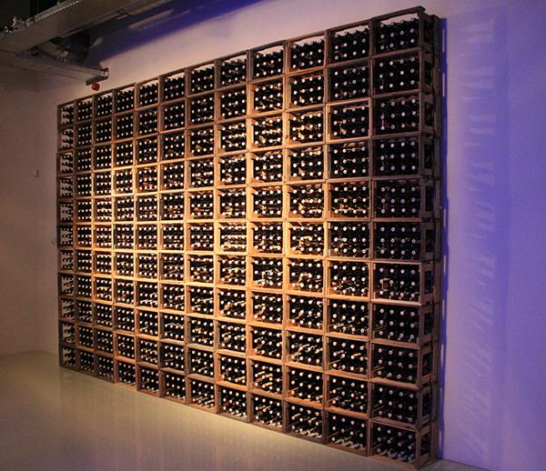 Jan Hendrikse - Kratjeswand - Variabele afmetinge, Bierflesjes en kratten 1962 (reconstructie 2011)