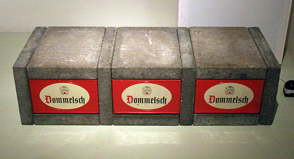 Joep van Lieshout - Sculptuur (Dommelsch Bier) - 40x152x60cm Bierkratten en betontegels 1987